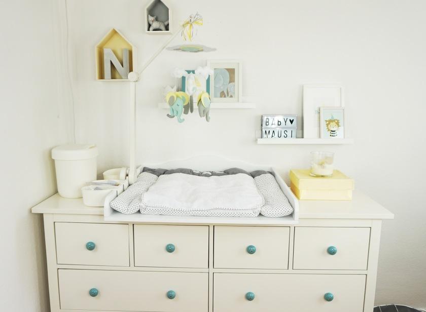 mobile baby wickeltisch baby erstausstattung was braucht man wirklich am wickeltisch bienen. Black Bedroom Furniture Sets. Home Design Ideas